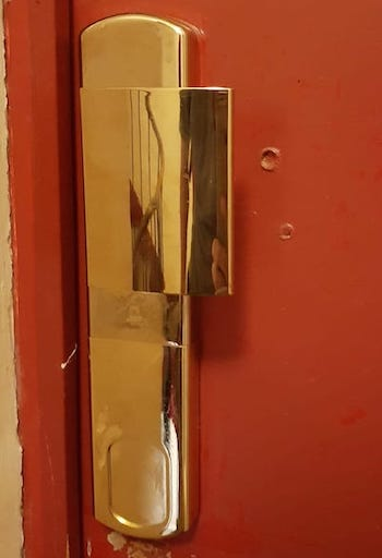 ... Poignée Blindée Avec Protège Cylindre Magnétique Installée Sur Une Porte